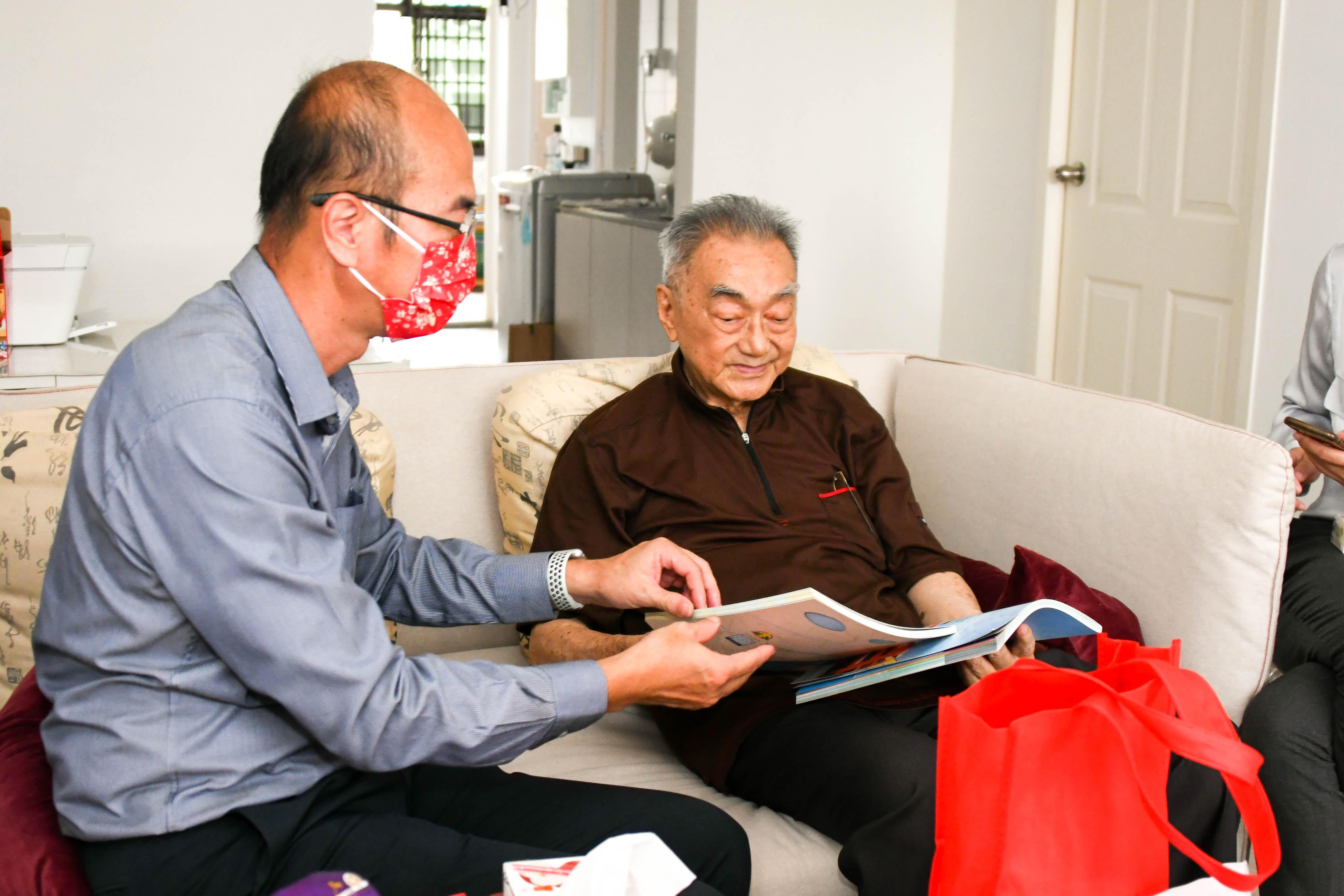 林校长向老校长介绍培群近期所出版之刊物。