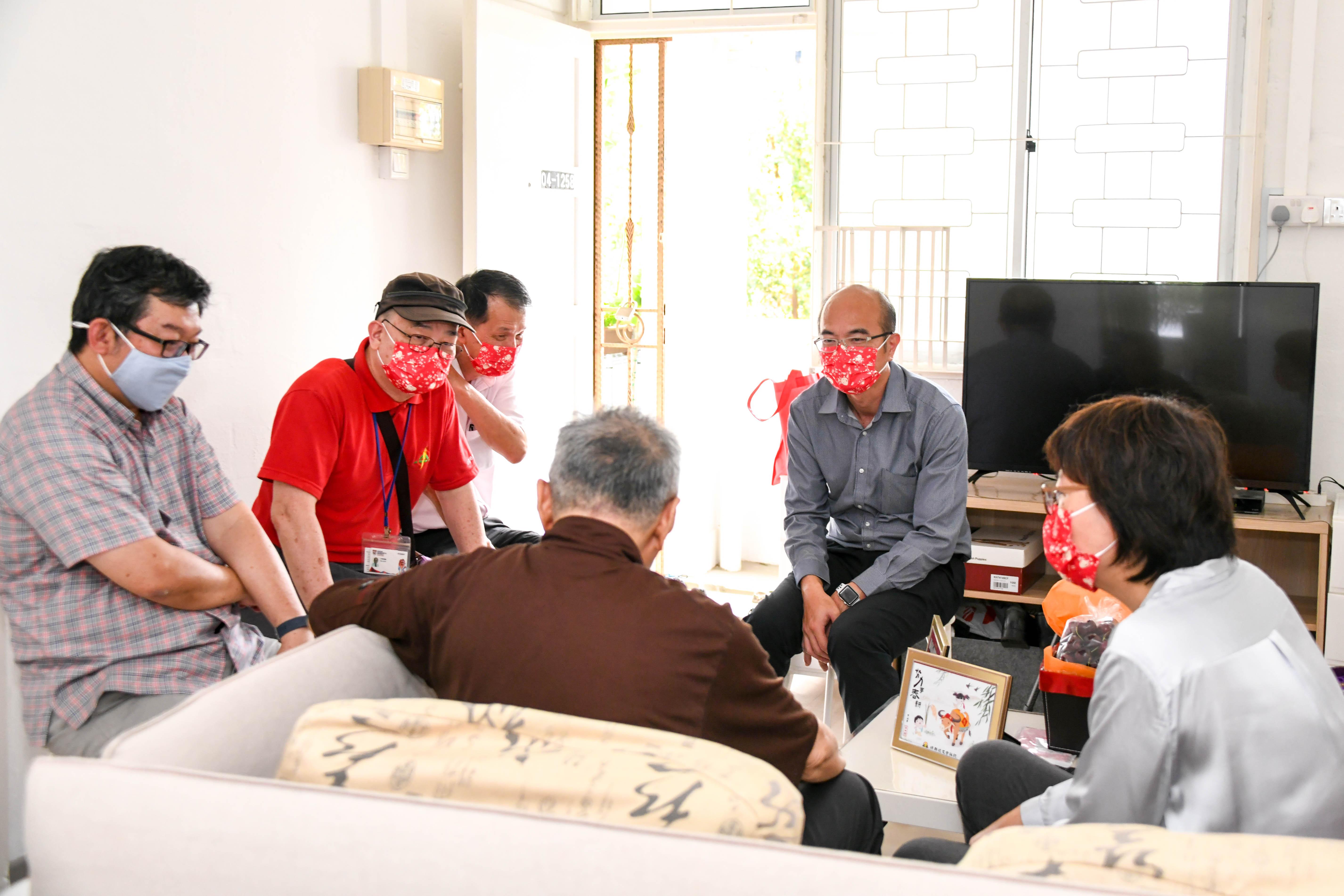 老校长的背影: 老校长关心培群华文教育的现况,邓禄星老师(左二)因此说起培群在这方面所做的努力。